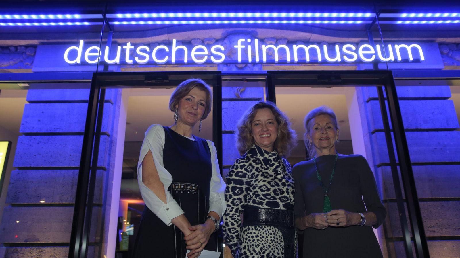 """Anette von Zitzewitz, Vorsitzende des Komitees """"Filmbildung  - Jetzt!"""" mit DFF-Direktorin Ellen M. Harrington und Anne-Marie Steigenberger (re)"""