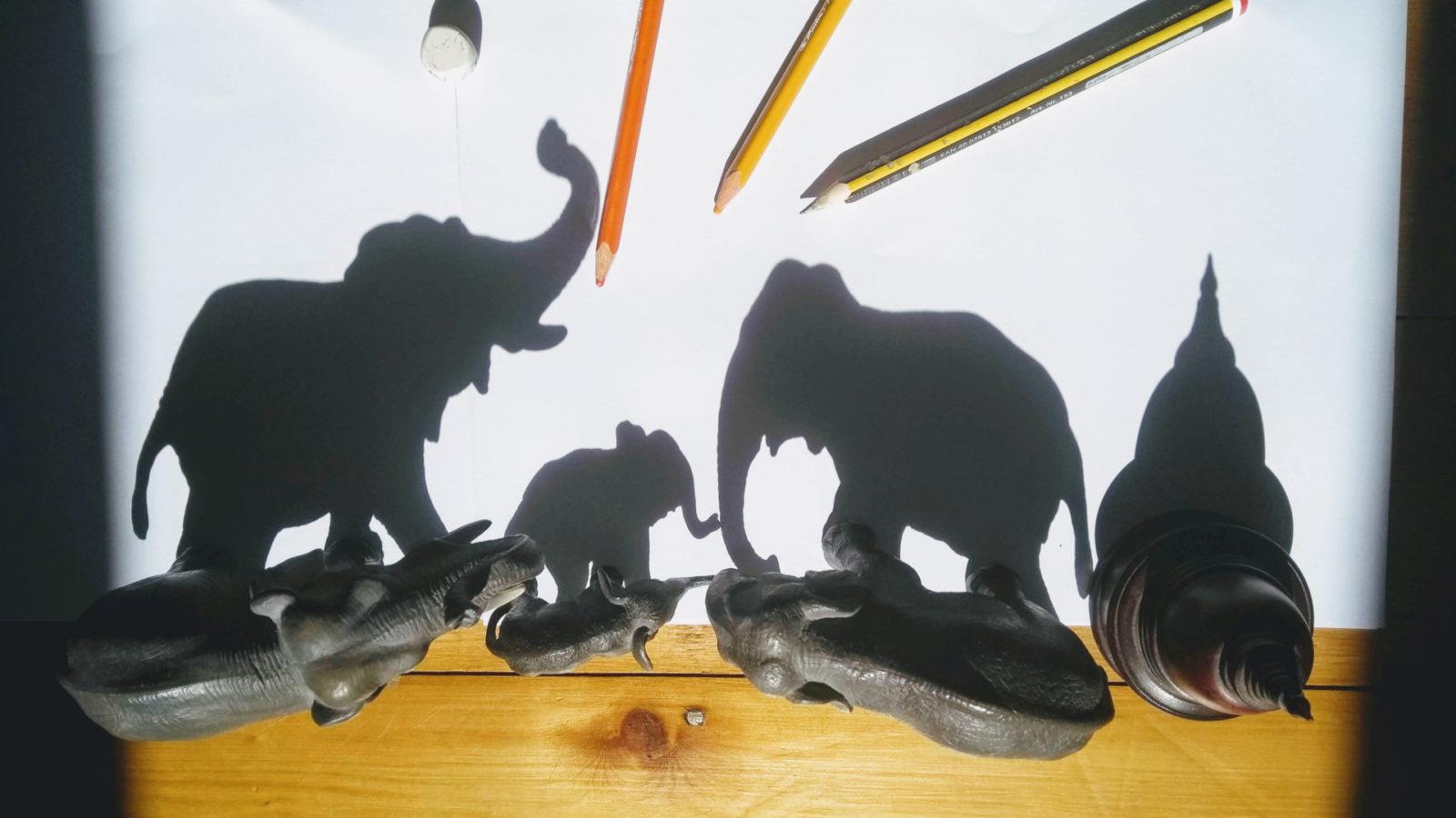Das wird benötigt: Papier, Bleistift oder Buntstifte, kleine Figuren (Foto: Stephanie Pohl)