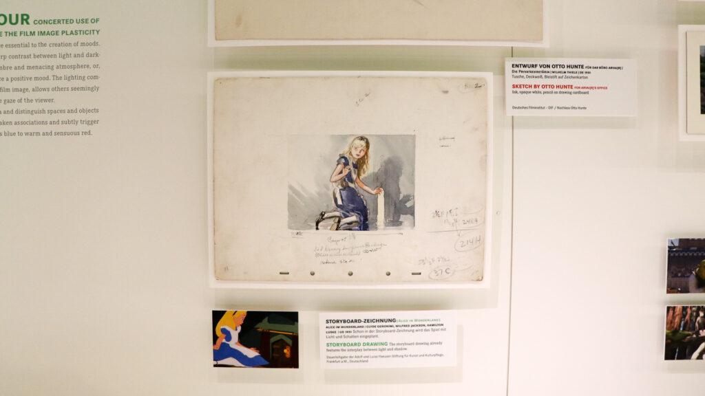 Foto Dauerausstellung Alice-Zeichnung