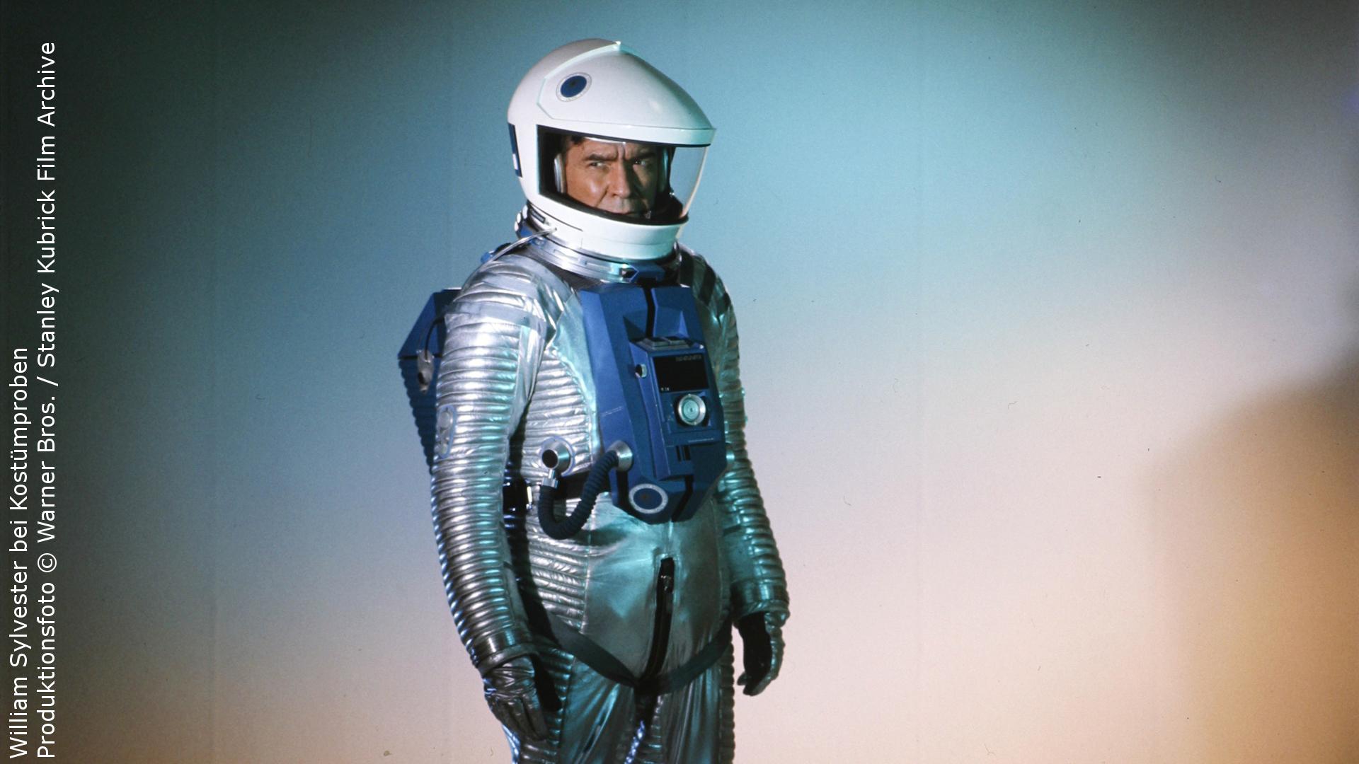 William Sylvester bei Kostümproben. Produktionsfoto © Warner Bros. / Stanley Kubrick Film Archive